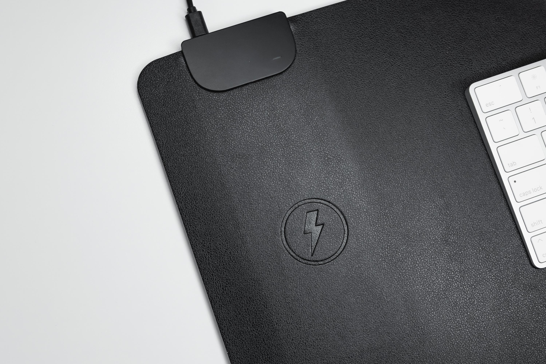 recharge sans intégrée dans le sous-mains de bureau keysmart disponible en suisse